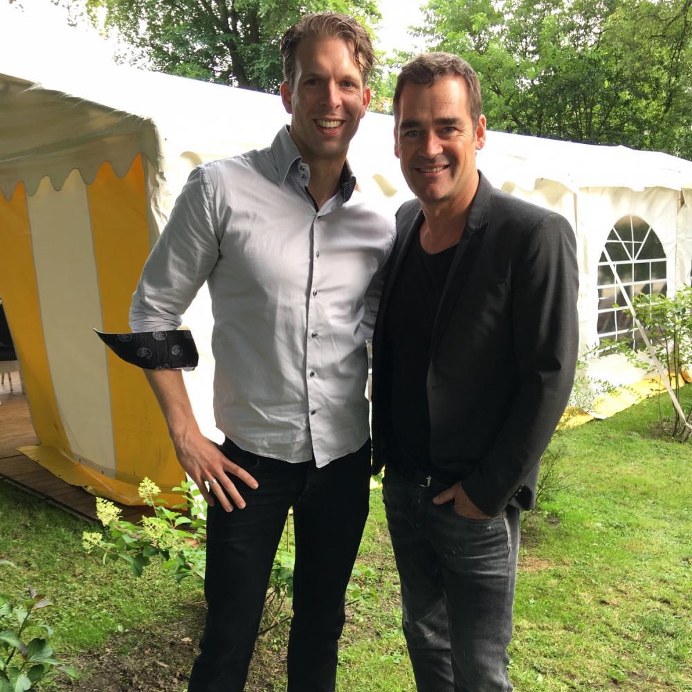 Pianist Dennis de Bruijn met zanger Jeroen van der Boom.