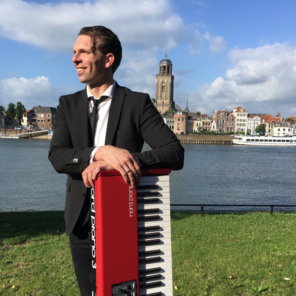 Pianist Dennis de Bruijn na een optreden in Deventer.