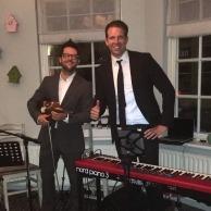 Violist en zanger Jaap Rovers en pianist Dennis in Dalfsen.